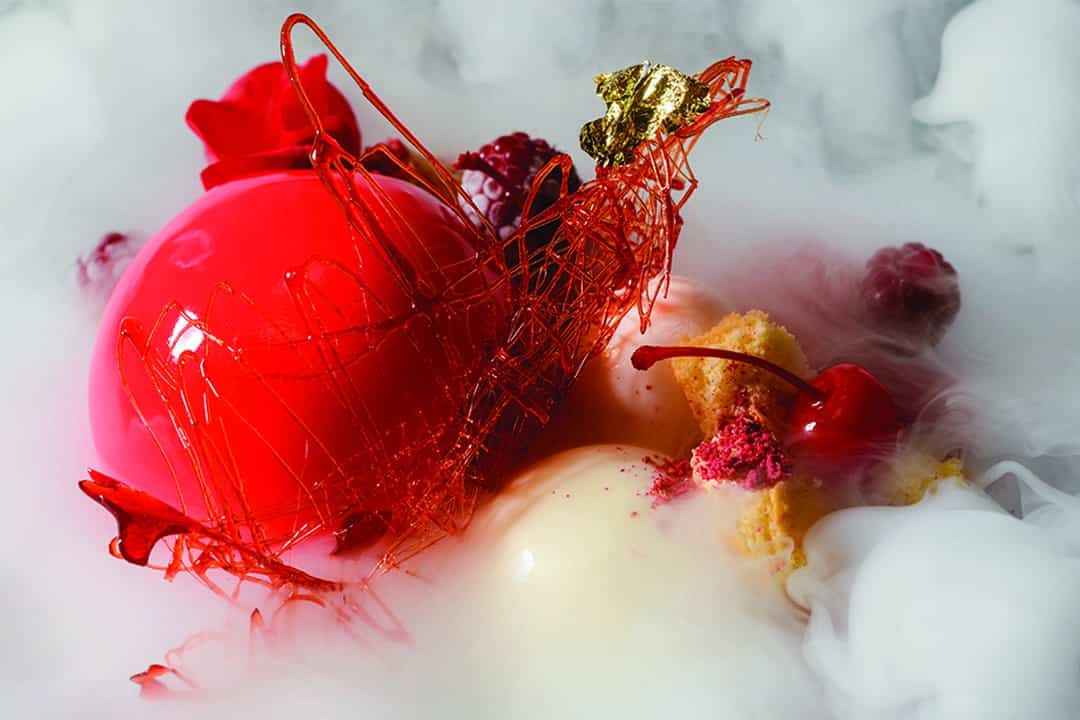 Pastel velvet glaseado, esferas de yogurt y  frambuesas. Foto: Shutterstock.