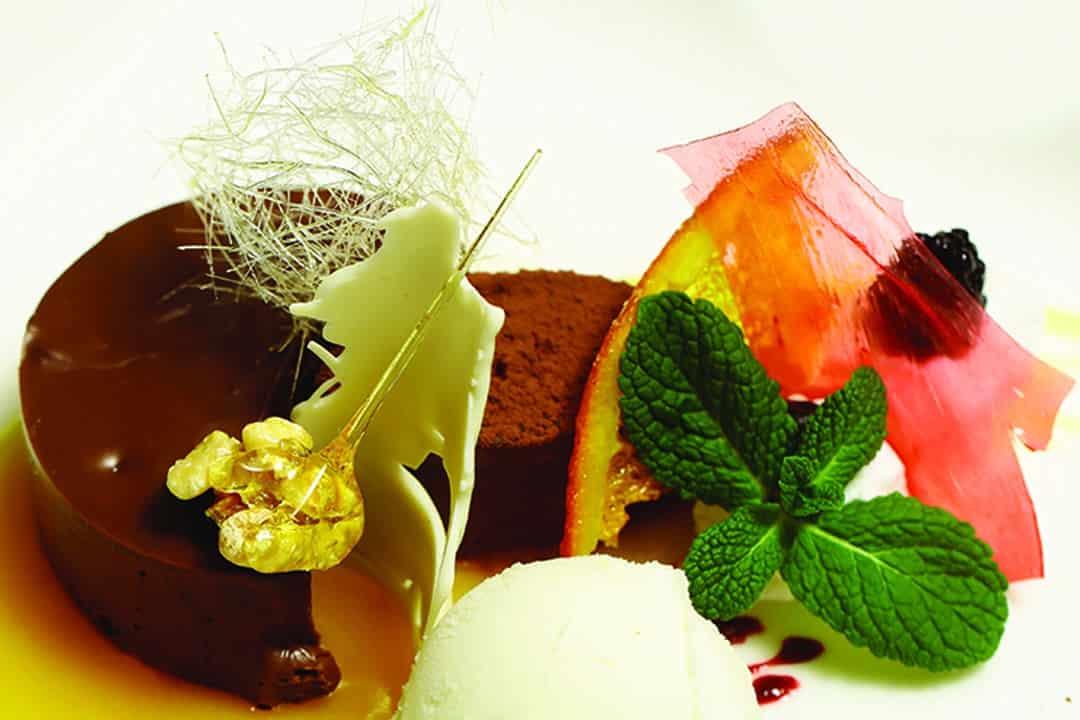 Mousse de chocolate con helado de vainilla. Foto: Shutterstock.