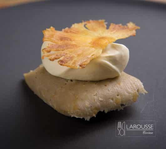 Tamal de elote y macadamia con crema de rompope
