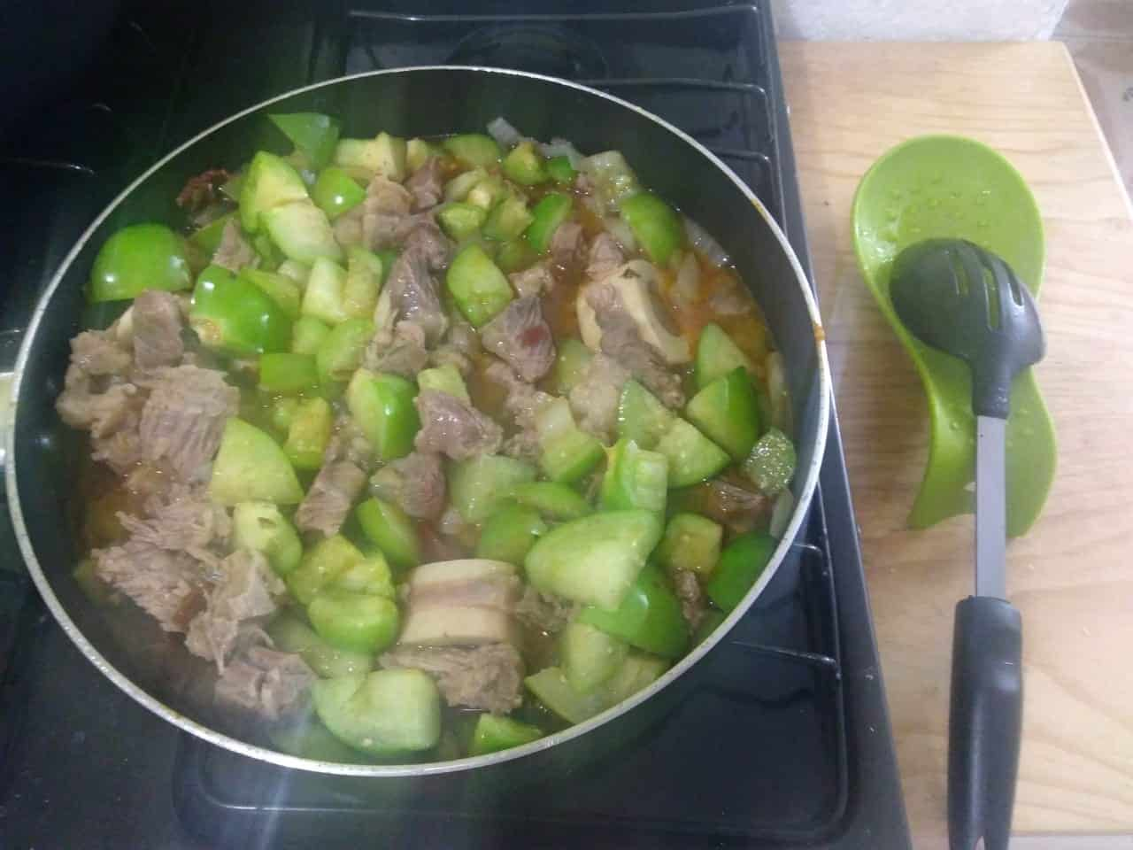 <p>Sofría en un poco de aceite la cebolla fileteada durante un par de minutos. Añada el tomate, los chiles chipotles, el chambarete, las puntas de res y un poco del caldo de cocción del chambarete. Deje que la preparación se cocine durante 15 minutos.</p>