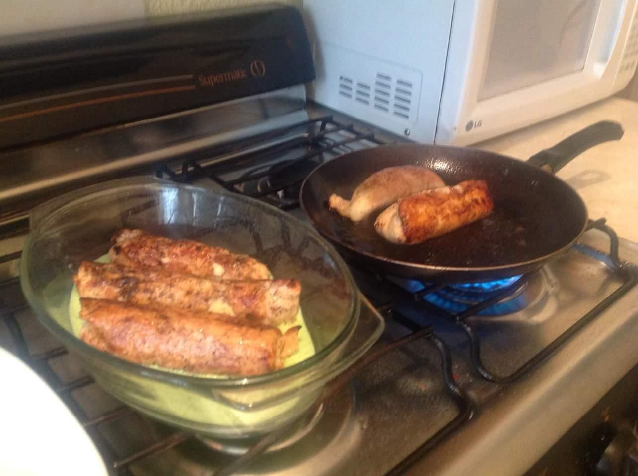 <p>Salpimiente las milanesas de pollo y extienda una por una en una tabla para picar, ponerle encima 1 rebanada de jamón, 40 g de queso manchego, gouda o oaxaca y 6 hojas de espinaca.Enróllela y sujete las orillas con palillos de madera. Repita este paso con el resto de las milanesas y los demás ingredientes.</p>