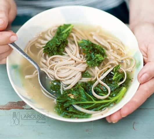 sopa de fideo soba y kale