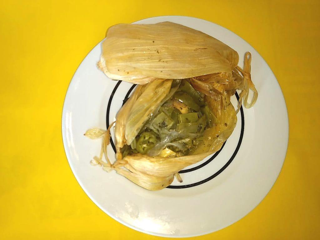 Pollo rielero en hoja de maíz