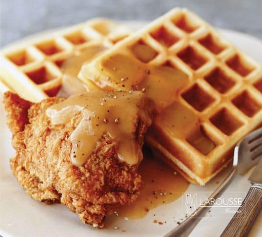 Waffles-con-pollo-frito-y-gravy