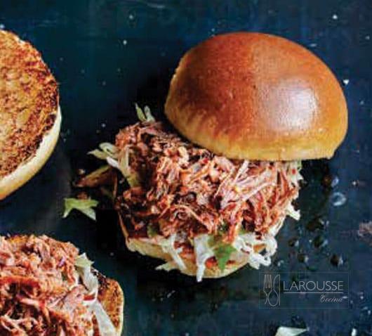 Sándwich de cerdo deshebrado