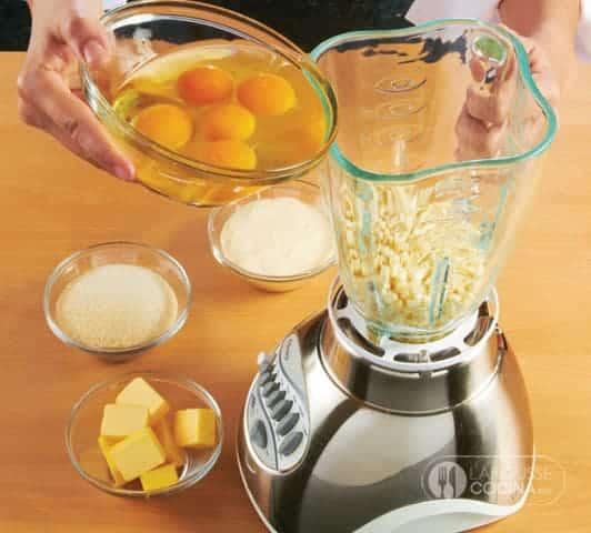<p>Para la masa, licue los granos de elote con la mantequilla y los huevos.</p>